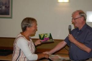 Ruud overhandigt allereerst aan Dineke een persoonlijk exemplaar van het proefnummer copyright foto: Joek Jeronimus