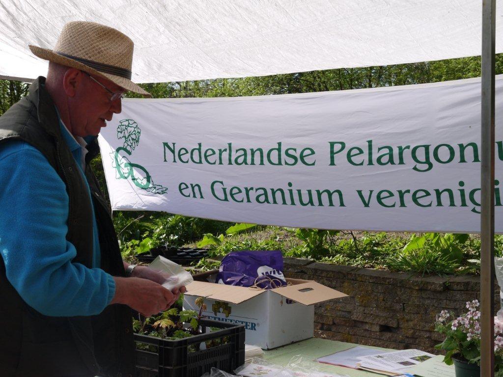 NPGV-ledensecretaris Joek Jeronimus met plantjes, documentatie en informatiemateriaal bij de NPGV-stand
